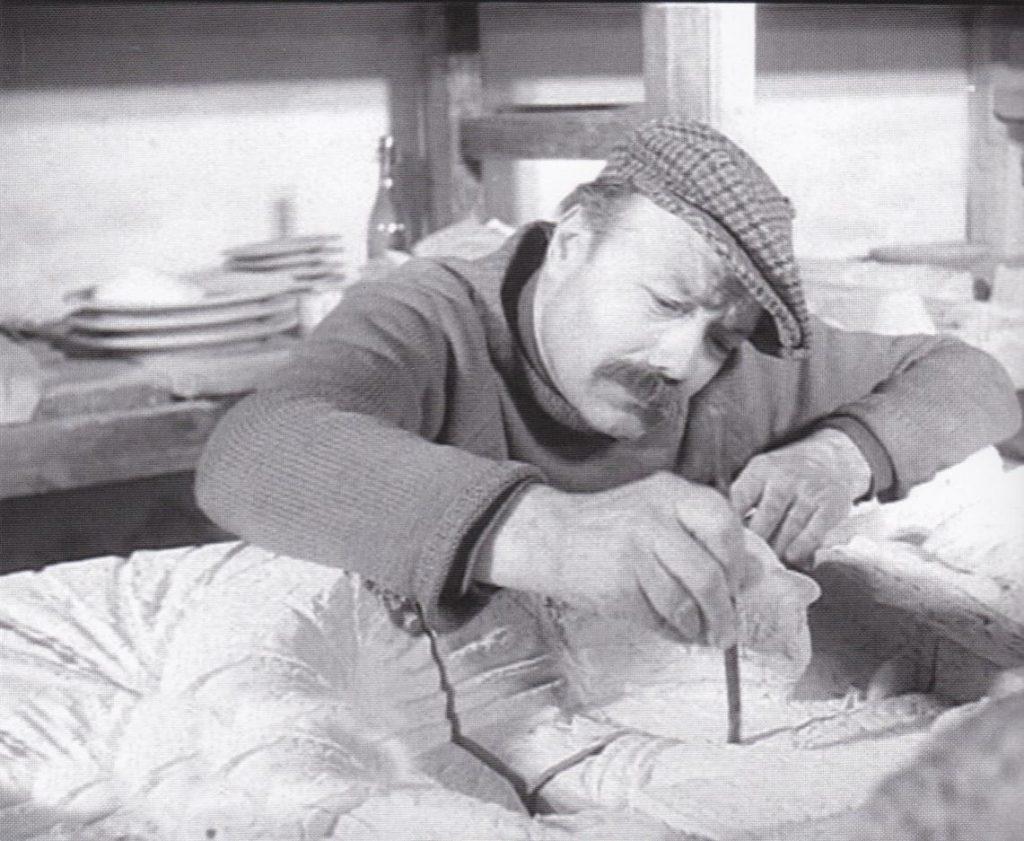 Lo scultore Angelo Biancini al lavoro su un bassorilievo (Faenza, gennaio 1960).
