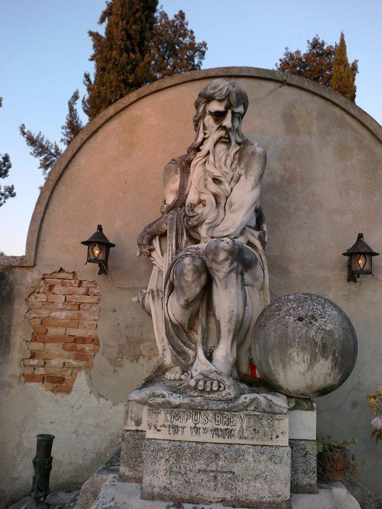 Monumento funebre nel cimitero di Monselice che rappresenta il tempo che passa opera di Boldrin