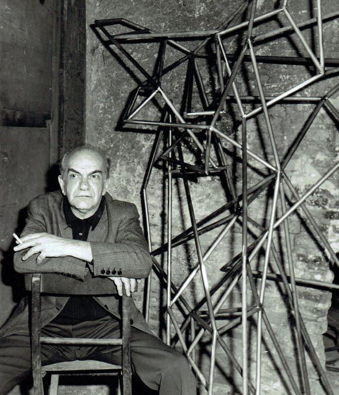 Corrado Cagli nella fonderia a Monte Testaccio per la creazione della scultura Diogene utilizzata per Estri di Petrassi Roma