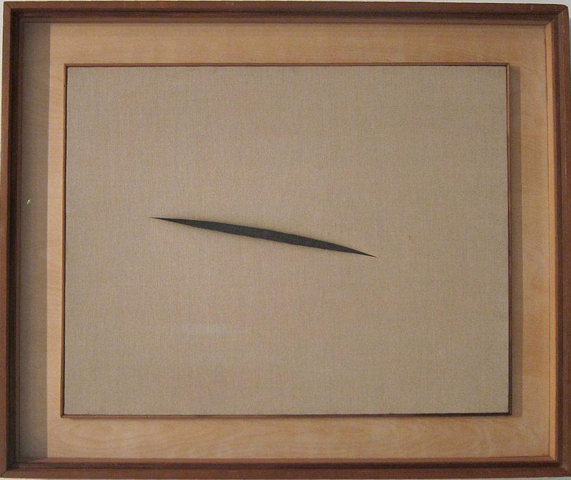 Lucio Fontana Aspettando il taglio della tela
