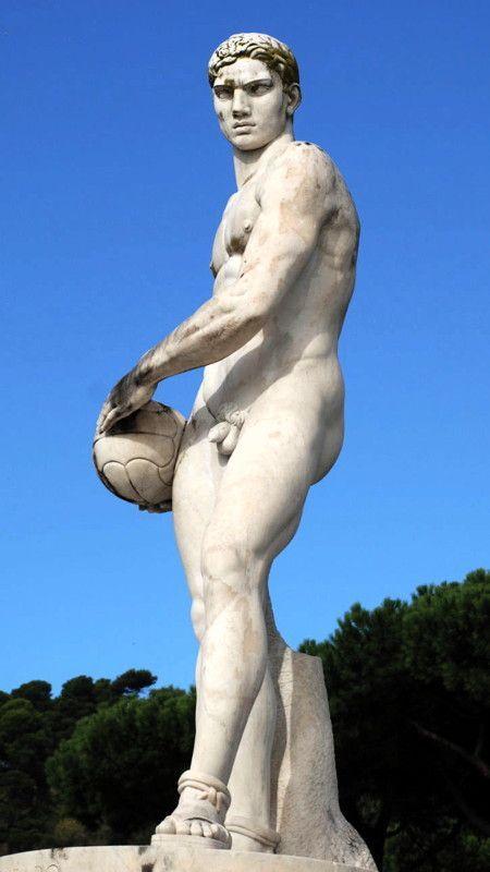 La statua, donata dalla città di Catanzaro, è opera firmata di Bernardo Morescalchi. Lo scultore, originario di Carrara, giunse a Roma nel 1915 per studiare presso la R. Scuola della Medaglia, qui ottennne il pensionato di scultura ed iniziò ad esporre nelle mostre degli Amatori e Cultori e alle Biennali. Nel 1929 eseguì due coppie di angeli per la chiesa di S. Carlo al Corso. Dal 1934 al 1939 insegnò scultura all'Accademia di Napoli e partecipò ai lavori per il Palazzo di Giustizia.