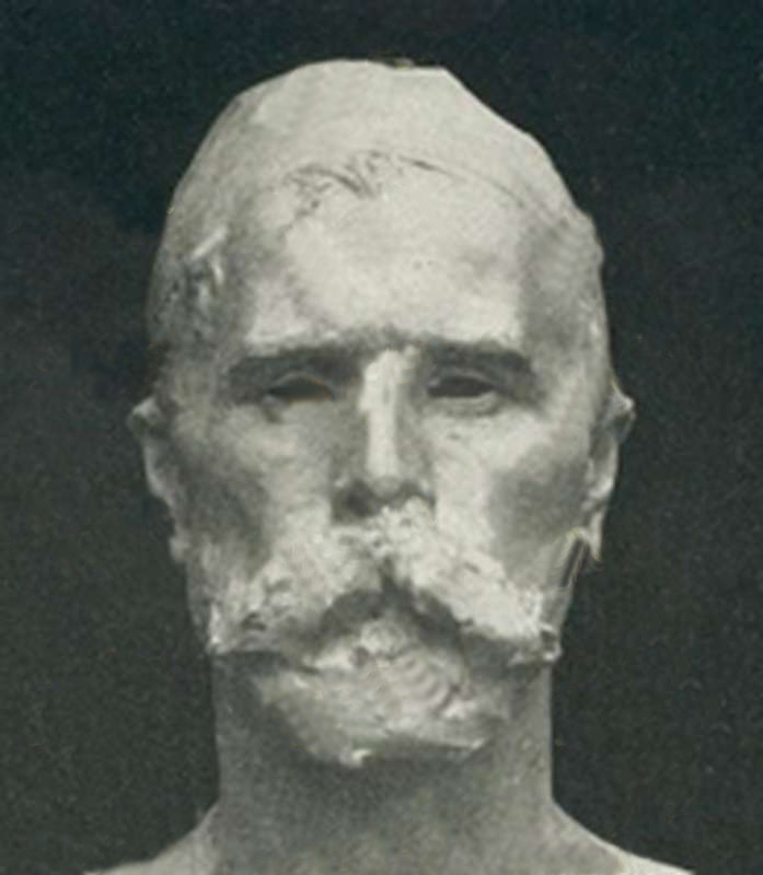 Ermenegildo Luppi - lo scultore modenese modella questo busto del suo autoritratto con plastica pittorica. I dettagli dei baffi e dei capelli, fanno evincere le nuove tendenze espressioniste effettuare in cera.