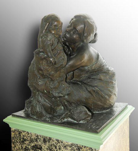 Eugenio Pellini - L'idolo in bronzo altezza 69 cm. Donna seduta, con le gambe raccolte, di spalle, mentre tiene fra le braccia un bambino avvolto da vesti bagnate.