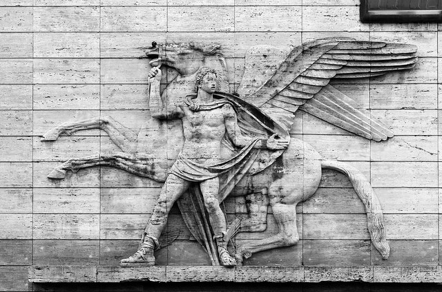 bassorilievo di  Nagni Francesco che rappresenta i mitologici Bellerofonte e il cavallo alato Pegaso (1940)