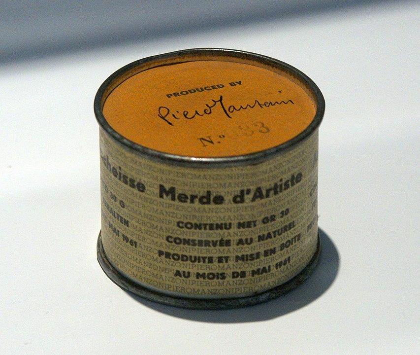 Nel maggio 1961 Piero Manzoni sigillò 90 barattoli di latta, identici a quelli per la carne in scatola, ai quali applicò un'etichetta, tradotta in molte lingue, con la scritta «merda d'artista. Contenuto netto gr. 30. Conservata al naturale. Prodotta ed inscatolata nel maggio 1961». Sulla parte superiore del barattolo è apposto un numero progressivo da 1 a 90 insieme alla firma dell'artista.